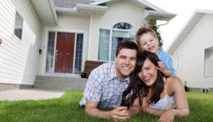Famiglia felice con casa