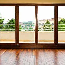 pulizia degli infissi e delle porte di legno